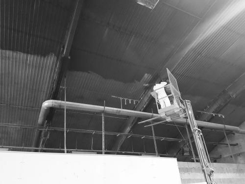 Sprzątanie po pożarze hali